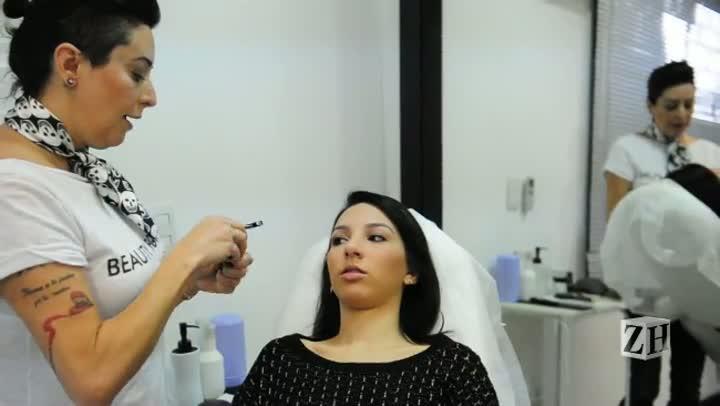 Andrea Garcia ensina a fazer a maquiagem e o cabelo de Amy Winehouse