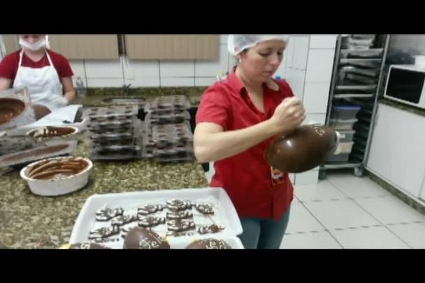 Veja como são feitos os ovos de chocolate em Jaraguá do Sul