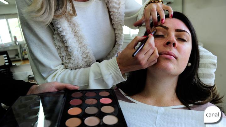 Maquiagem: aprenda a fazer olho preto esfumado