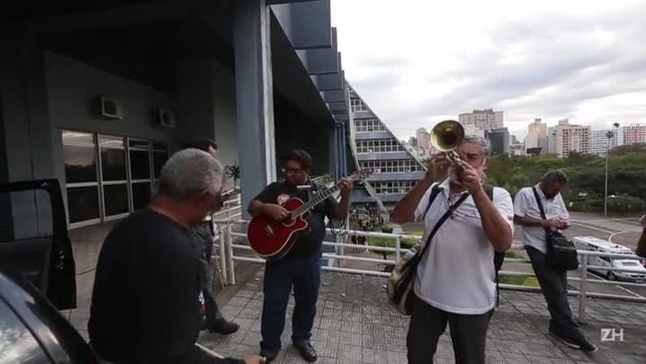 Servidores estaduais protestam em Porto Alegre