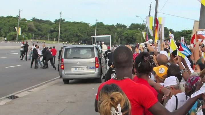 Dissidentes tentam parar papamóvel