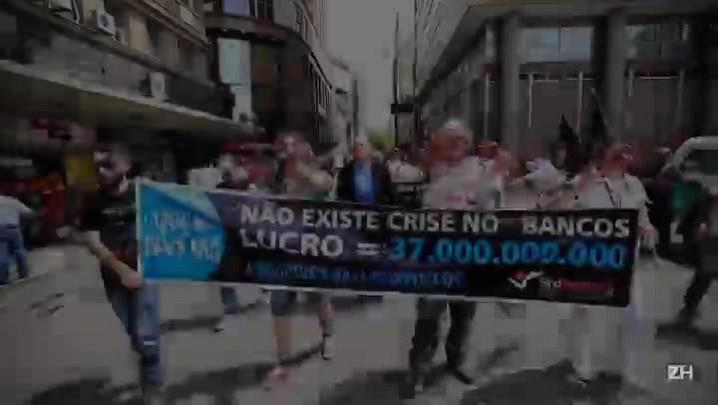 Em greve, bancários protestam fantasiados de zumbis na Capital