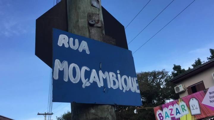 Morador da Vila Safira faz placas com nome de rua com pedaços de móveis