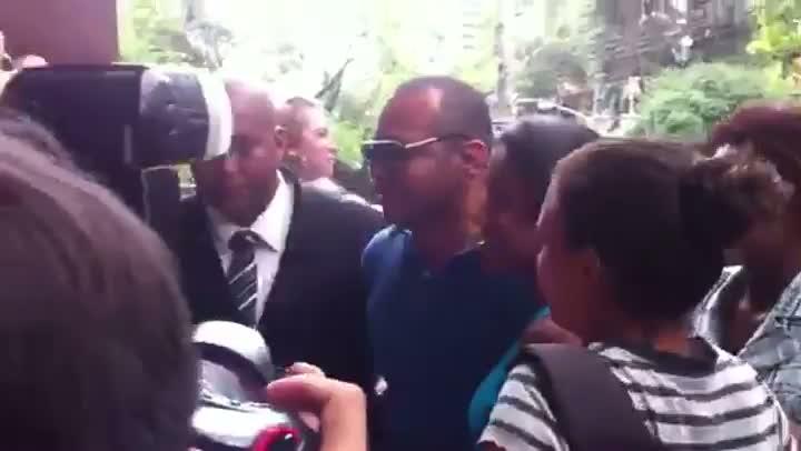 Neymar não aparece e pai do jogador tira fotos com as \'neymarzetes\'