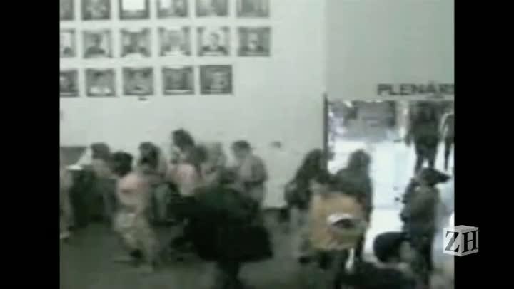 Imagens de câmera de segurança mostram manifestantes tirando a roupa na Câmara de Vereadores