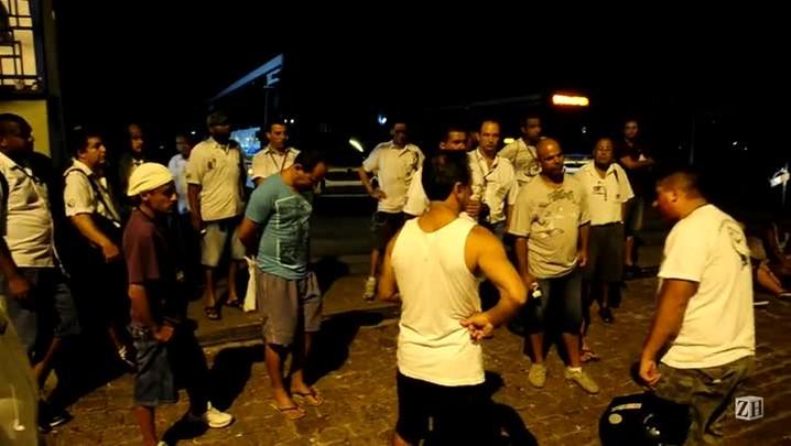 Grevistas bloqueiam saída de ônibus da VTC na zona sul de Porto Alegre