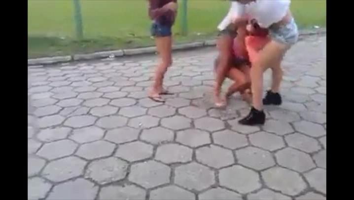 Jovem é agredida e tem roupa arrancada em briga na Grande Florianópolis