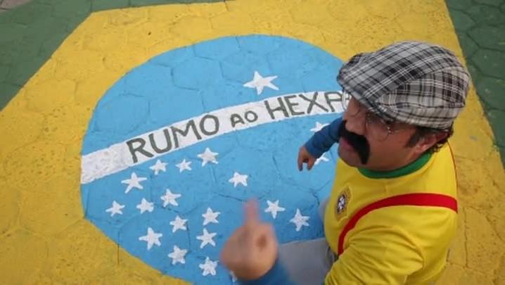 Joaquim do Pastel sopra vuvuzela dança com DJ e vê o Brasil ganhar da Colômbia
