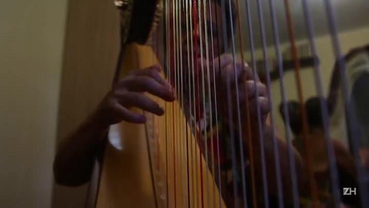 Musicista apresenta a harpa