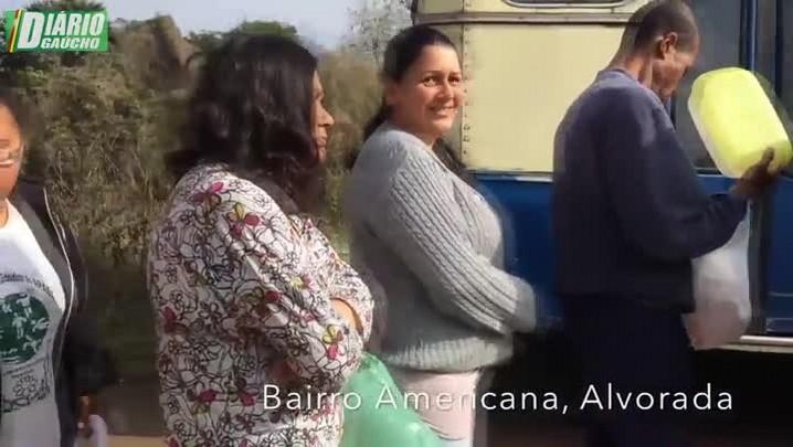 Ônibus do sopão: voluntários distribuem alimento para moradores de vila, em Alvorada