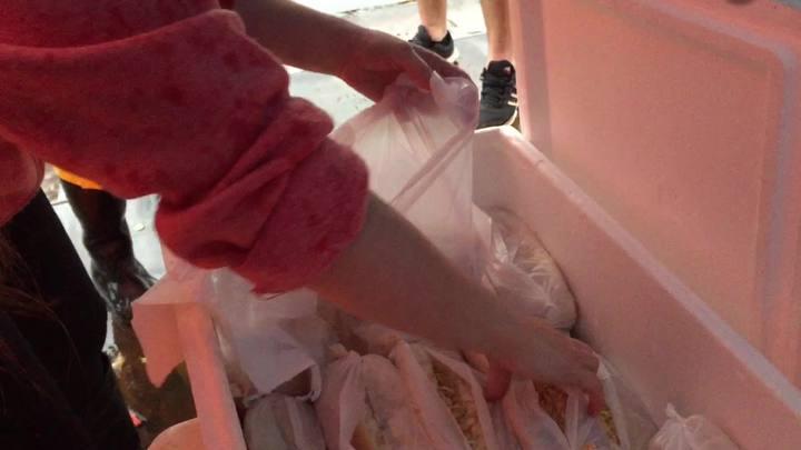 Voluntários preparam e entregam alimentos a afetados por enchente