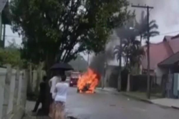 Carro pega fogo em rua de Joinville