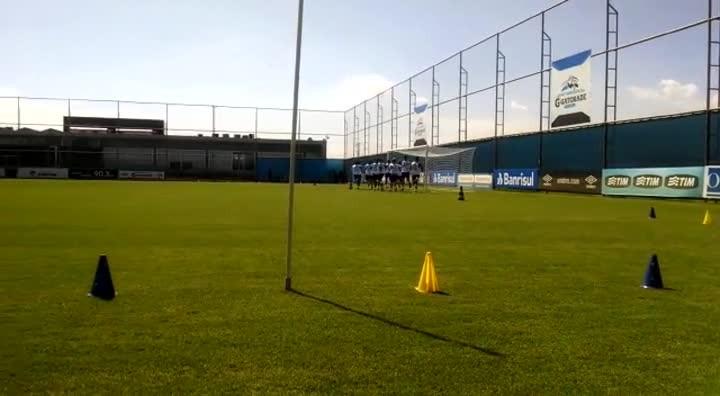Jogadores do Grêmio correm em torno do gramado no CT