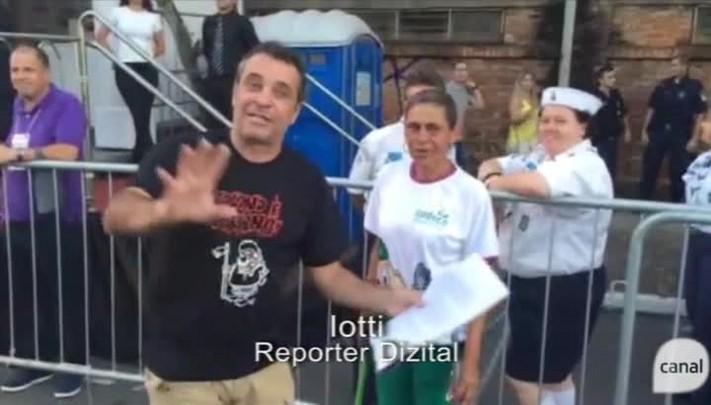 Repórter Dizital entrevista o público no desfile