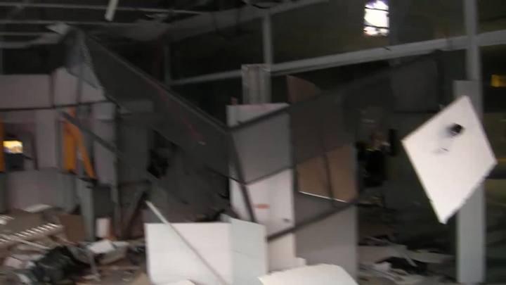 Criminosos explodem banco, atiram contra prédios e atacam PMs em Parobé