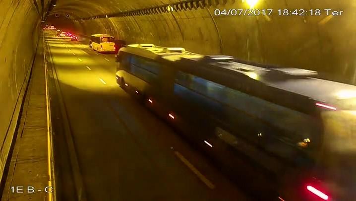 Motociclista tem mal súbito, cai e morre no túnel Antonieta de Barros, em Florianópolis