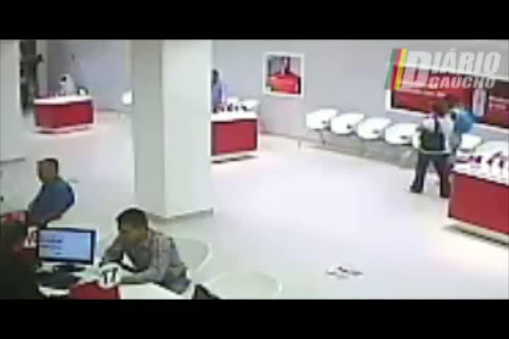 VÍDEO: Casal usa documentos falsos para comprar celulares em loja de Porto Alegre