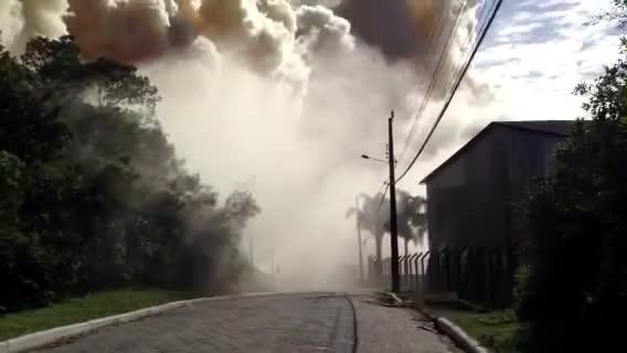 Moradores abandonam suas casas em razão de incêndio de grandes proporções no Norte de SC