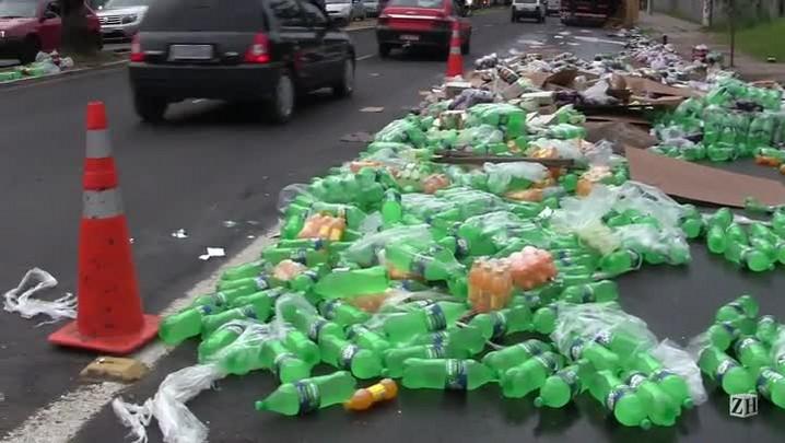Caminhão com carga de refrigerante tomba e bloqueia pistas na zona leste de Porto Alegre