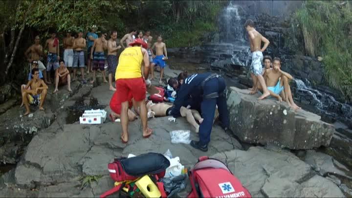 Helicóptero Arcanjo resgata homem que caiu da cachoeira na Costa da Lagoa