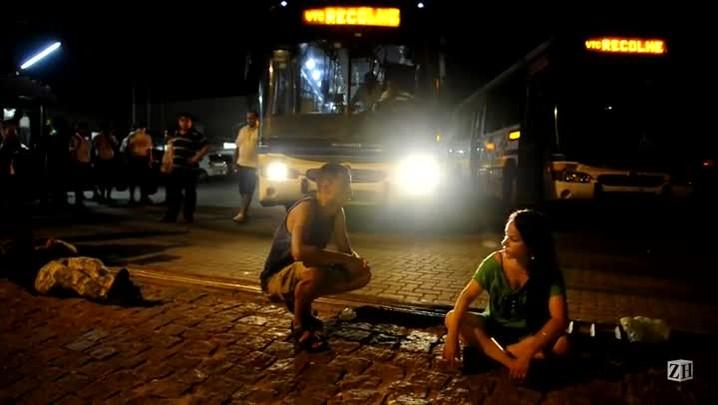Ônibus tentam sair de garagem, mas são impedidos