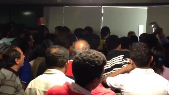 Grupo tenta invadir plenário da Câmara para acompanhar sessão que avaliava vetos presidenciais - 18/02/2014