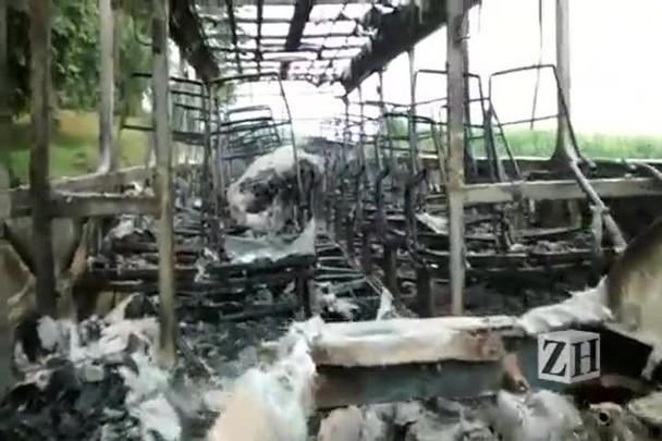 Veja como ficou o ônibus incendiado em Pelotas