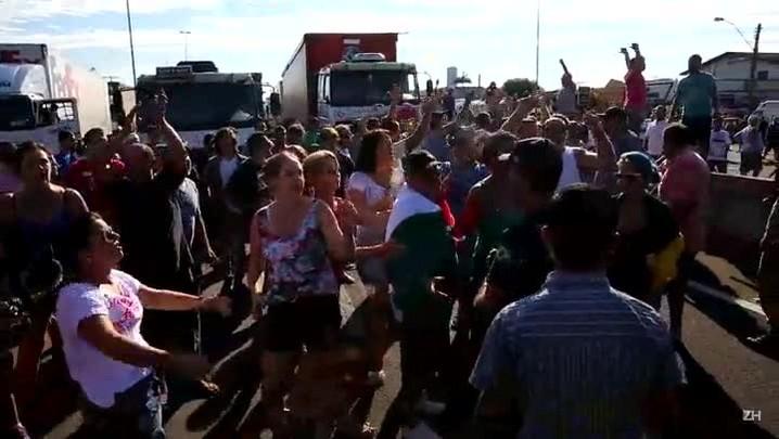 Manifestantes cantam hino rio-grandense em protesto na BR-101