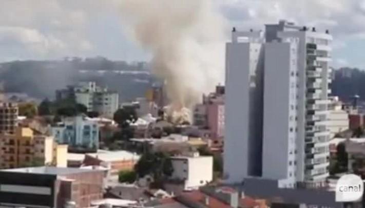 Incêndio destrói casa no bairro Pio X, em Caxias