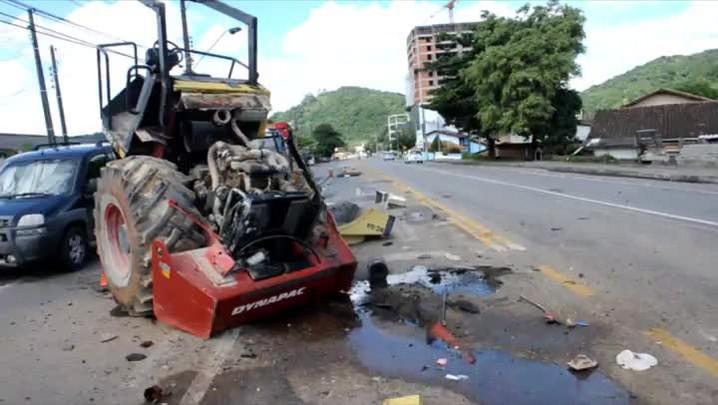 Queda de rolo compactador causa acidente na Rua Antônio Treis no Vorstadt