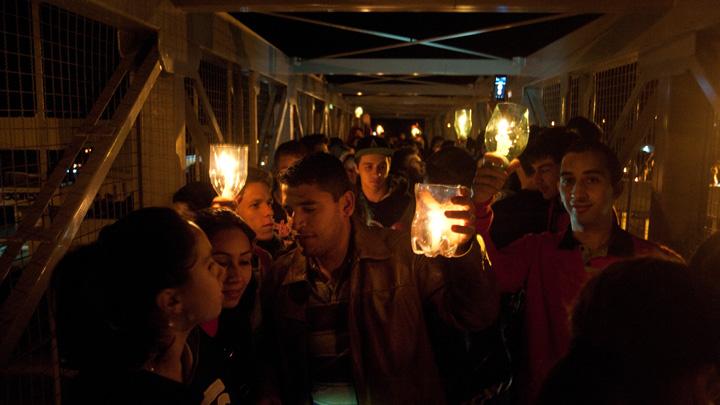 Alunos protestam contra a falta de iluminação e segurança na passarela da BR-116, no São Ciro, em Caxias