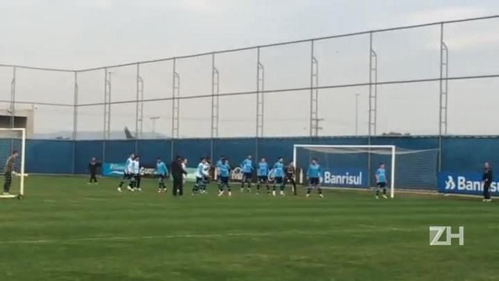 Roger trabalha bola aérea em treino do Grêmio