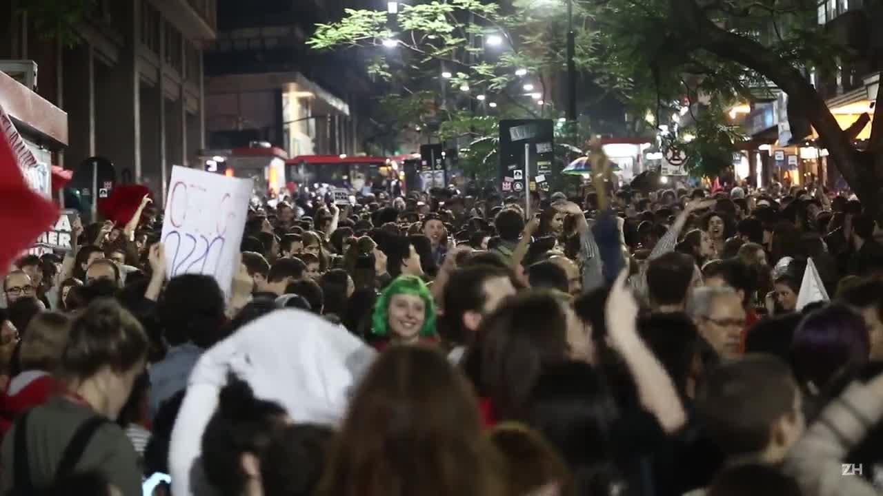 Manifestantes contrários ao impeachment protestam em Porto Alegre