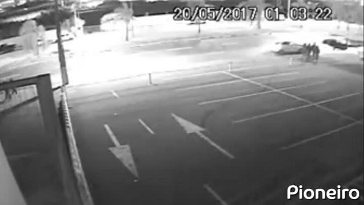 Câmeras de segurança registram momento em que veículo de jovem esfaqueado bate em outro carro em Caxias do Sul