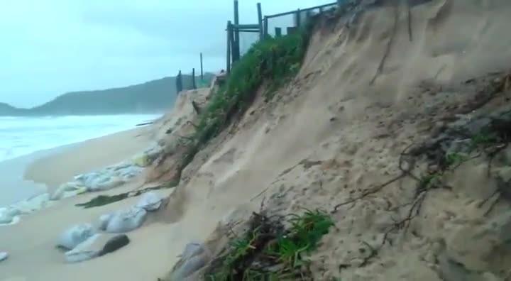 "Ressaca atinge Praia Mole e \""engole\"" a faixa de areia"