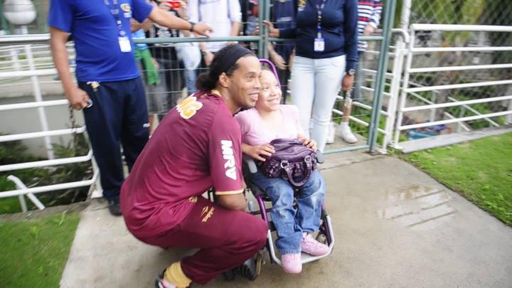 Ronaldinho recebe torcedores