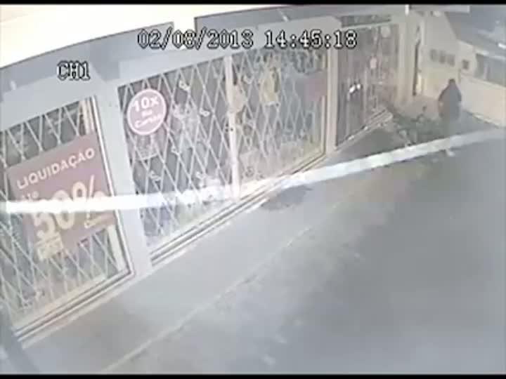 Criminoso incendeia loja em Palhoça e quase se queima no fogo