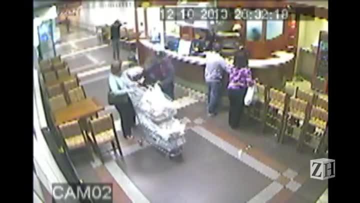 Imagens de câmera de segurança mostram assalto no supermercado de Porto Alegre