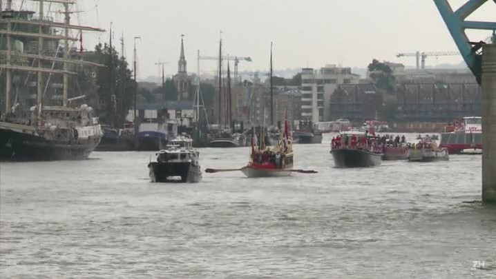 Procissão de barcos em homenagem à Rainha Elizabeth II