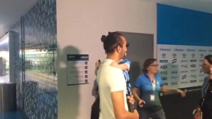 Barcos reencontra a Piratinha Gabrieli na Arena