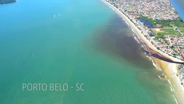 Imagens aéreas mostram mancha escura do Rio Perequê no mar de Porto Belo