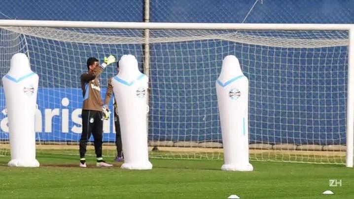 Goleiros do Grêmio fazem treinos específicos para bola aérea