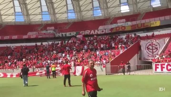 Jogadores do Inter saúdam torcida em reapresentação no Beira-Rio