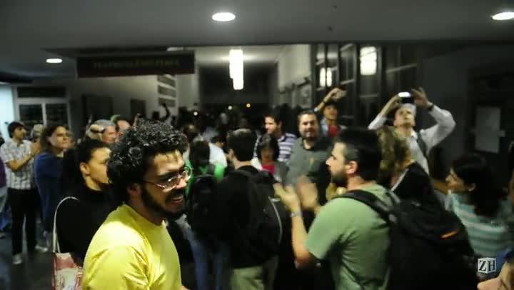 Vereadores autorizam entrada de 100 manifestantes na câmara