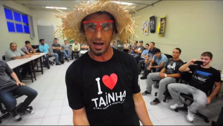 Manezinho Darci brinca com alunos do IFSC