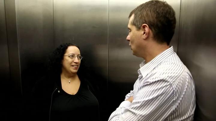 """Conversa de Elevador: \""""Eu fiquei com vergonha\"""", diz Lizzie Bravo, única brasileira a gravar com os Beatles"""
