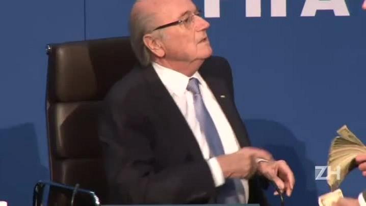 Comediante joga dinheiro em Blatter durante coletiva da Fifa