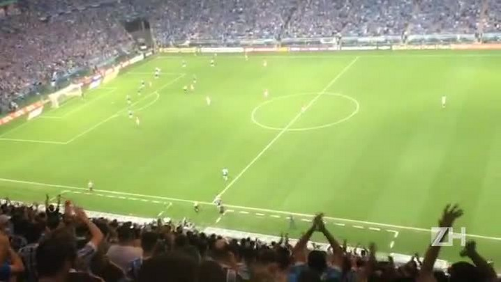 Luan sai ovacionado de campo