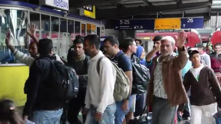 Imigrantes chegam à Alemanha aplaudidos