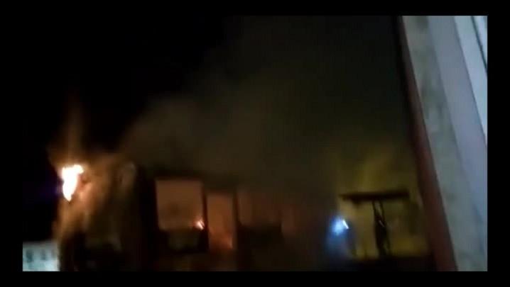Bombeiros combatem incêndio em ônibus na Cruzeiro